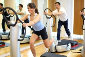 Workout im Fitness Center mit Vibroplatte